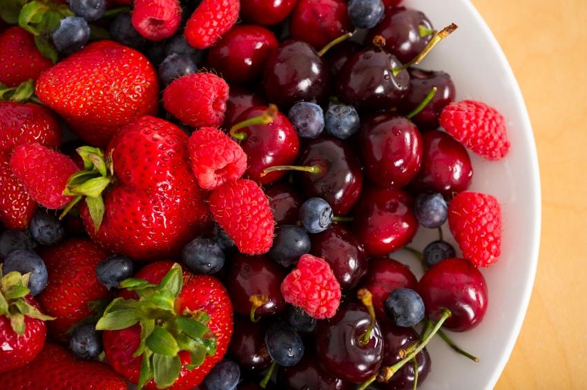 Alimentos que deixam a pele bonita e lisa. As frutas vermelhas alimento que neutraliza os radicais livres