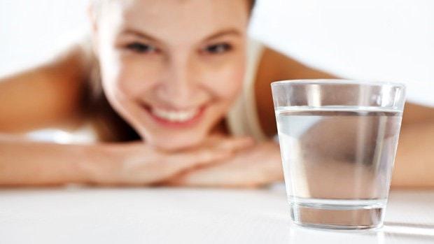 cuidados com a pele no verão beber água