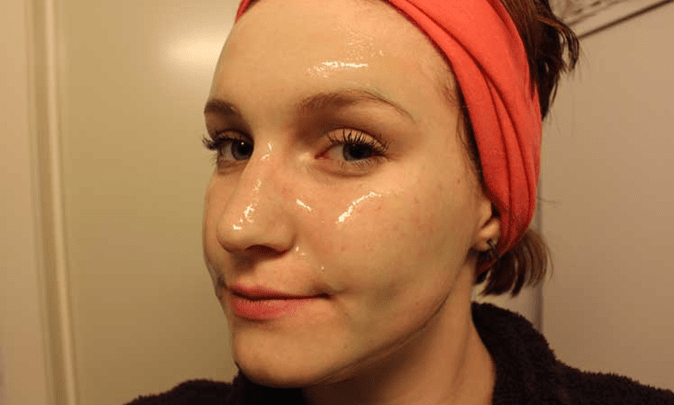 Limpeza de pele com gelatina incolor e água