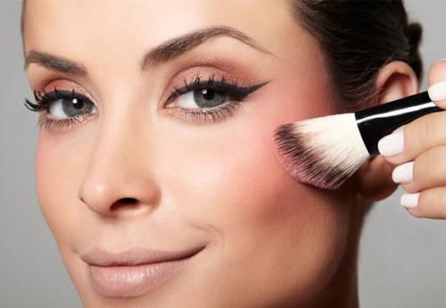 Maquiagem melhora autoestima feminina. Mulher com auto estima